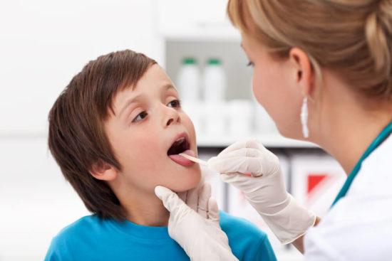 Осмотр горла у врача