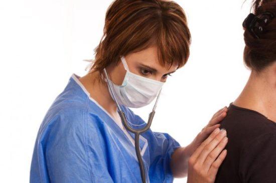 При первых появлениях симптомов нужно обратиться за помощью к доктору