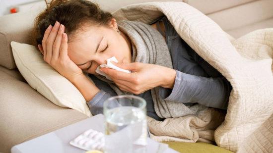 Дискомфортом при вдохе и глотании