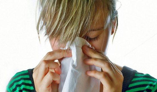 Ангина легко передается от больного человека к здоровому