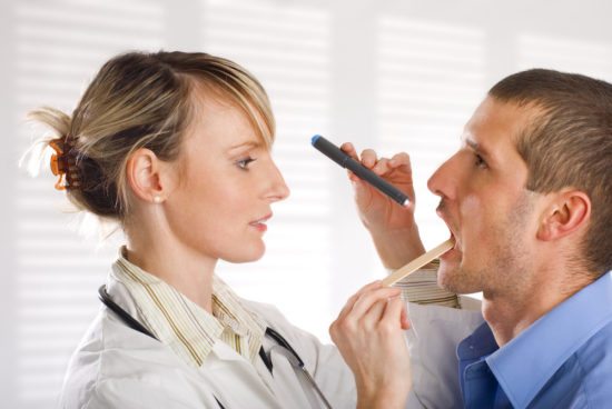 осмотр у врача при лариинготрахеите