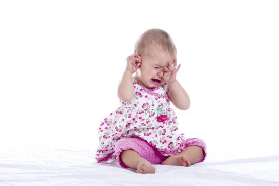 ребенок плачет от боли в ухе