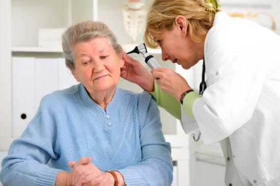 Лечение отита у пожилой женщины